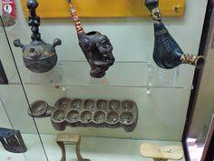 Museo Mundo Negro - Pipas de tabaco de cerámica, calabaza y madera. Debajo, un…