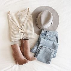 Womens Fashion and Style ideas. Casual Outfits, Cute Outfits, Fashion Outfits, Womens Fashion, Fall Winter Outfits, Autumn Winter Fashion, Winter Style, Mode Shoes, Ripped Mom Jeans