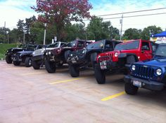 How to fit 3 Jeeps into 2 parking spaces. Lifted Ford Trucks, Jeep Truck, Jeep Jeep, Types Of Jeeps, Monster Trucks, Offroader, Cool Jeeps, Jeep Wrangler Unlimited, Jeep Life