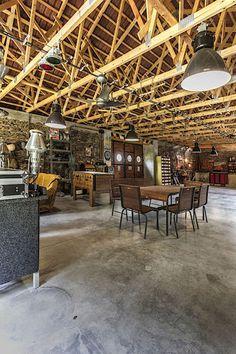 Drátkobeton na podlaze a obnažený systém příhradových vazníků nahoře. Všude stará tovární svítidla a neschází ani semafor či staré medicínské světlo.