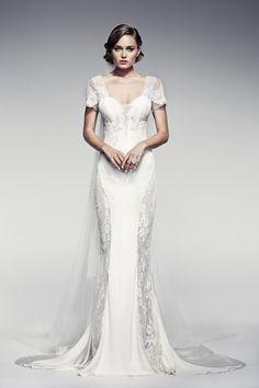 Mais um belo vestido com transparências rendadas valorizando a silhueta da noiva. Vestido Colesha da Pallas Couture.
