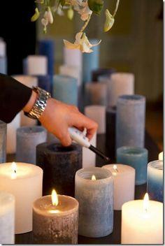 De warmte van de kaarsen doet de bloemenregen daarboven dwarrelen © Strikt Persoonlijk Uitvaart
