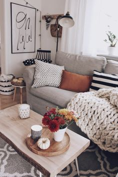 Wohnzimmer im HerbstLiving room in the autumnThe post Living room in the autumn – Wohnungseinrichtung appeare Boho Living Room, Home And Living, Living Room Decor, Small Living, Modern Living, Cozy House, Home Decor Inspiration, Decor Ideas, Apartment Living