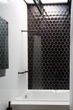Dieses Badezimmer hat klar ein Statement! #bathroom #black #accent #design #interior #calmwaters