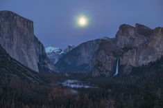 Full moon rising over Tunnel View at Yosemite Valley [OC][2000x1335]