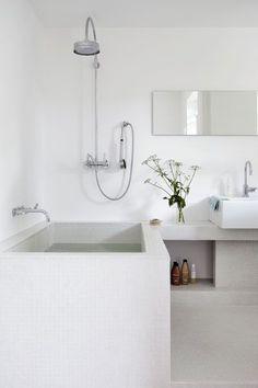 badkamer - gestuukt bad - vierkant bad - regendouche - wastafel meubel op maat - losse wastafelbakken