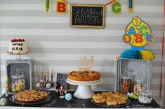 Auch der Kuchentisch zur Einschulungsfeier will dekoriert sein Catering, 18th Cake, Snacks, Party, Food, School Boy, Beginning Of School, Awesome Things, School Kids