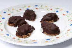 Karamelové slzičky polévané hořkou čokoládou  210 g hladké mouky, 140 g mletých vlašských ořechů, 70 g moučkového cukru, 140 g másla, 1 lžíc...