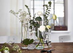 Romantisches Blumenarrangement mit CYLINDER Vase 3er-Set aus Klarglas, mit einem schwarzen Faden zusammengebunden.
