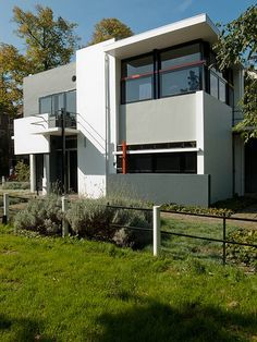 The Rietveld Schröder House—the only building realised completely according to the principles of De Stijl. Houses Architecture, Residential Architecture, Contemporary Architecture, Interior Architecture, Utrecht, Schroder House, Deco France, Modernisme, Piet Mondrian