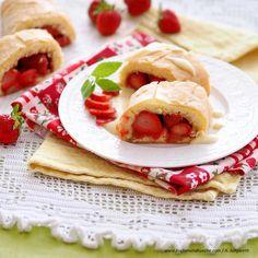 Erdbeerstrudel mit Biskuit auf Vanilleschaum Stollen, Food Blogs, Tiramisu, Ethnic Recipes, Vanilla Cream, Cakes, Strawberries, Oven, Tiramisu Cake