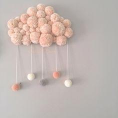 ⭐️Produit phare Sweet Poom ⭐️ Ce nuage est entièrement confectionné à la main. Composé de laine travaillée en pompons il apportera une jolie touche...