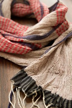 Comment choisir, keffieh ou chèche en foulard, quel est votre foulard préféré, découvrez l'histoire de ces deux écharpes touareg et bédouins.