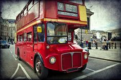 They crisscross the city since the 1950s, their bright red color and two levels have made it a symbol of London. Upstairs on a double decker bus is ideal for discovering the main monuments of the city without tiring! © lapas77 - Fotolia.com