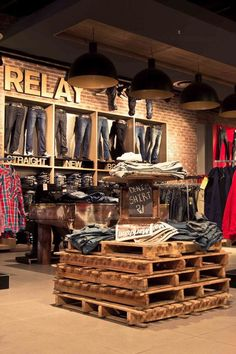 20 clothing store display ideas for teen shop'er home design and inter Clothing Store Interior, Clothing Store Displays, Clothing Store Design, Retail Store Displays, Vintage Store Displays, Shop Displays, Merchandising Displays, Clothing Stores, Home Design