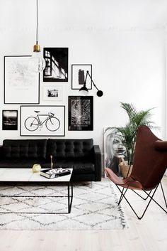 Inspiratie! De Scandinavische woonkamer van blogger Victoria Tornegren lijkt zo uit een woonmagazine ontsnapt te zijn, dankzij de strakke styling, het zwart-wit thema en de perfect passende fotomuur. // via Victoria Tornegren