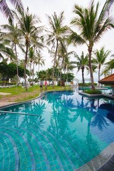 Zwembad naast de zee met kokosnoot boom moderne luxe hotel Samui eiland Thailand Stockfoto