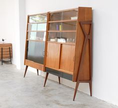 Looking distinctly Italian MCM is this wooden modular shelving/storage unit design by Louis Paolozzi in the Designed to be expandable, individual sections with various options like shelves, drawers, or cupboards could be added. Mod Furniture, Vintage Furniture, Furniture Design, Mid Century Decor, Mid Century House, Mid Century Modern Design, Mid Century Modern Furniture, Retro Home Decor, Vintage Design