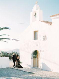 Black Wedding Inspiration in Spain | Photos by Ana Lui