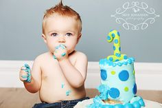 Cake smash: tall cake with big one on top