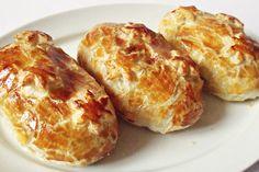Kuřecí prsa zabalená v listovém těstě spolu s houbami. Podáváme s pečivem, zeleninovou oblohou, rýží nebo bramborami. Dobrou chuť!