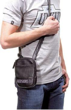 cc110b2eb6 Originalité assurée avec la ligne DENVER de Redskins ! Pratique, sobre et  tendance, cette petite sacoche vous accompagnera au quotidien.