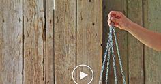 Eine Blumenampel aus einem Nudelsieb selber zu machen, ist kinderleicht und bereitet kreativen Bastlern viel Freude. In diesem Video zeigen wir Ihnen, wie Sie aus einem nicht mehr gebrauchten Küchenutensil ein hübsches Deko-Element für drinnen und draußen machen.