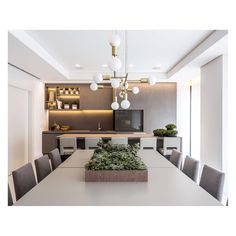 Mais uma dupla de pendentes Xadrez 3D, desta vez neste lindo e elegante projeto de @fernandacassouarquitetura com cozinha e sala integrada. Cores neutras e muita luminosidade! Lindo!