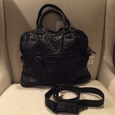 """BLaCk NWT large SLOUCH handbag shoulder bag purSe NWT! large black SLOUCH handbag / purse /tote with detachable crossbody strap. In a VeRy soft pebbled faux leather. Dimensions : 10"""" tall, 13"""" long, 4"""" wide. Leopard lined. Fabulous! Forever 21 Bags Shoulder Bags"""
