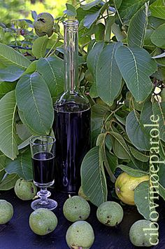 Ricetta del Nocino fatto in casa -Homemade Green Walnut Liqueur My Recipes, Italian Recipes, Italian Foods, Biscotti, Sugar Cubes, Beverages, Drinks, Plant Leaves, Glass Vase