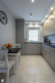 Kuchnia w szarości i drewnie. - Mała zamknięta kuchnia w kształcie litery l, styl nowoczesny - zdjęcie od Carolineart