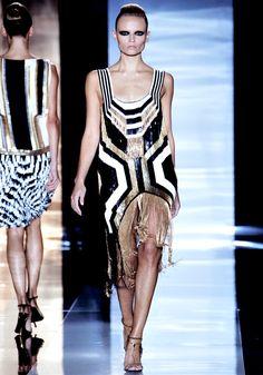Le défilé Gucci printemps-été 2012 http://www.vogue.fr/mode/news-mode/diaporama/frida-giannini-et-patrizio-di-marco-quittent-gucci/21564#!le-defile-gucci-printemps-ete-2012