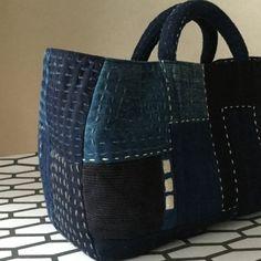 「にゃん」の針しごとの画像 Patchworked fabric bag with Sashiko stitching. Sashiko Embroidery, Embroidery Fabric, Patchwork Bags, Quilted Bag, Leather Fashion, Leather Bag, Fabric Tote Bags, Mk Handbags, Denim Bag