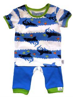 Dětské tričko žraloci a turky. Tričko a 3/4 turky z měkké, savé bavlny, která je příjemná na dotek. Na nožičkách pružný úplet, který nikde netlačí a pohodlný střih zaručuje volnost pohybu. Na zadečku vložena vsadka ze stejného materiálu jako tričko.