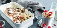 Oppskrift på hjemmelaget iskrem med bringebær, mandler og sjokolade.