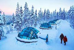 Iglús de cristal en Laponia   Actividades en el resort Kakslauttanen A pesar de estar situado 250 kilómetros más allá del Círculo Polar Ártico el Hotel Kakslauttanen está muy bien comunicado tanto por carretera como por aire. Se ubica a tan solo 20 minutos en coche del aeropuerto de Ivalo (Finlandia). En este lugar se puede apreciar la belleza de un hermoso paisaje nevado. Pero el hotel es principalmente conocido por tener iglús de cristal en Laponia. Ofrecen una oportunidad única de admirar…
