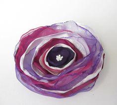 Anstecker - Blüten - Anstecker Brosche Organza-Satin-Blüte weiß-pink - ein Designerstück von soschoen bei DaWanda