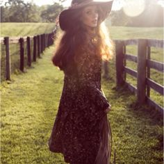 Fashion pictures or video of Taylor Warren: Nylon Mexico September in the fashion photography channel 'Photo Shoots'. Hippie Style, Hippie Bohemian, My Style, Boho Girl, Vintage Bohemian, Gypsy Style, Vintage 70s, Vintage Style, Bohemian Mode
