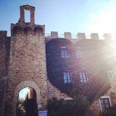 #Castello di Cisterna a Gualdo Cattaneo in #Umbria, #Italy . un luogo dove baciarsi! magari proprio sotto questo cuore di edera! #kissinUmbria. ha ospitato #chiaveumbra per #Frantoiaperti