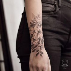 Simply From Beautiful Flower Tattoo Drawing Ideas For Women - T . - Simple Of Beautiful Flower Tattoo Drawing Ideas For Women – Tattoos & Piercings – t - Black And White Flower Tattoo, White Flower Tattoos, Flower Wrist Tattoos, Beautiful Flower Tattoos, Forearm Tattoos, Black Tattoos, Body Art Tattoos, Sleeve Tattoos, Tattoo Flowers