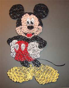 Les Minions... ... - MyKingList.com Arte Quilling, Paper Quilling Patterns, Quilled Paper Art, Quilling Craft, Quilling Flowers, Hobbies And Crafts, Diy And Crafts, Arts And Crafts, Paper Crafts