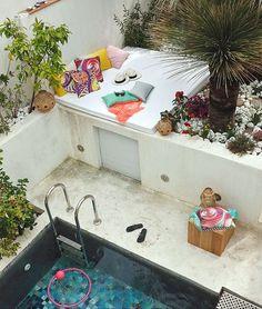 A l'extérieur l'espace est optimisé, la terrasse surplombe la piscine. Plus de photos sur Côté Maison http://petitlien.fr/7c02