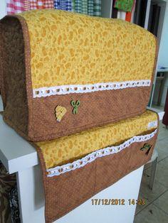 Capa e tapete para máquina de costura confeccionada em tecido de algodão, quiltada e acabamento em aviamentos.