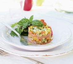 Feine Schichten aus Rauchlachs und kleingeschnittenem Gemüse mit Avocado ergeben ein feines Tatar, das ein beschwingter Auftakt für so manches Menü ist.