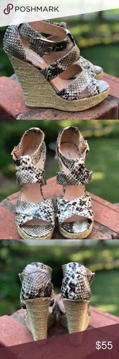 """GUC Steve Madden Snakeskin Platform Sandal GUC Steve Madden Snakeskin platform  Size 9  5 """" heel Steve Madden Shoes Sandals"""