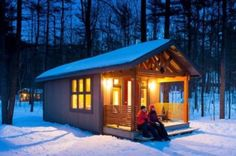 Chalet Compact, parc national d'Oka. Chalet Quebec, Mini Chalet, Tiny House Cabin, Canada, Parc National, Screened In Porch, Parcs, Plein Air, North America