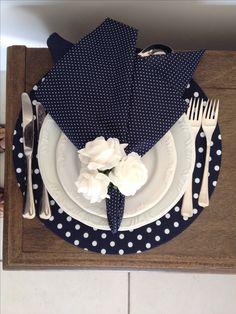 Sousplat e guardanapo em azul marinho com pois branco e porta-guardanapo de rosas brancas em E.V.A. contatocoisasetal@hotmail.com