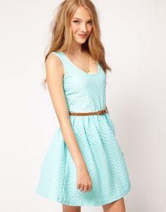 vestido curto com textura - http://vestidododia.com.br/dicas/vestido-para-as-magrinhas/