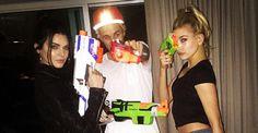Justin Bieber posa com armas de brinquedo com Kendall Jenner e Hailey Baldwin
