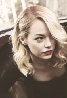 Vintage Hairstyles Beautiful vintage style hair on Emma Stone. Side part and loose waves.Beautiful vintage style hair on Emma Stone. Side part and loose waves. Wedding Hair And Makeup, Hair Makeup, Makeup Hairstyle, 2017 Hairstyle, Style Hairstyle, Makeup Tips, Medium Hair Styles, Long Hair Styles, Medium Hair Wedding Styles